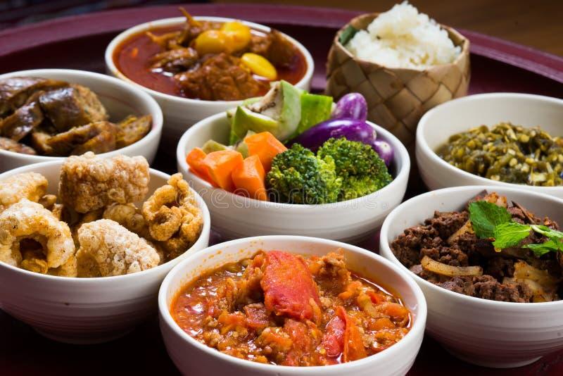 L'ensemble de dîner traditionnel thaïlandais de nourriture a appelé le ` de dîner de Kantoke de ` photographie stock libre de droits