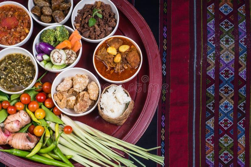 L'ensemble de dîner traditionnel thaïlandais de nourriture a appelé le ` de dîner de Kantoke de ` image libre de droits
