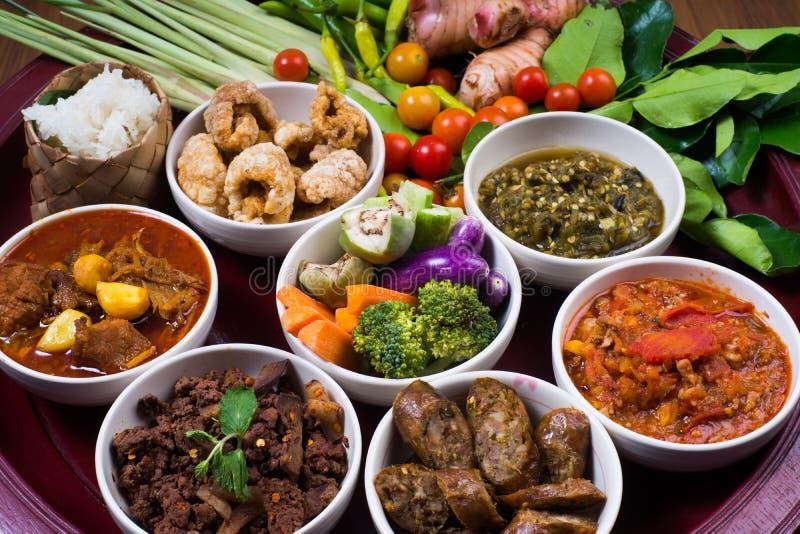 L'ensemble de dîner traditionnel thaïlandais de nourriture a appelé le ` de dîner de Kantoke de ` photo stock
