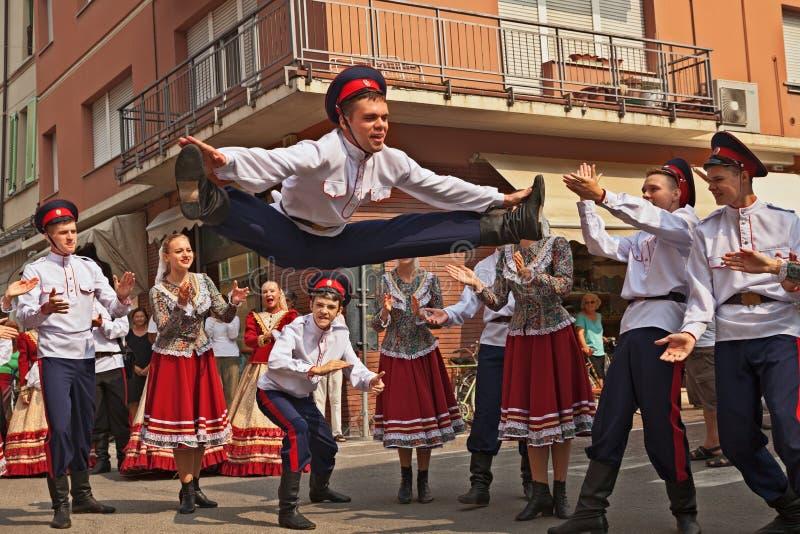 L'ensemble de danse folklorique de Russie exécute la danse traditionnelle images stock