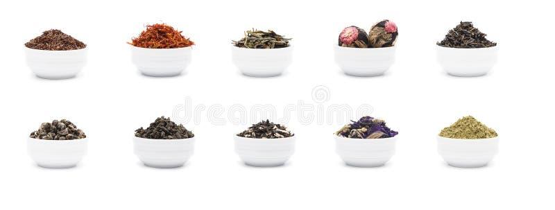 L'ensemble de feuilles de thé sèches dans la porcelaine blanche roule photographie stock