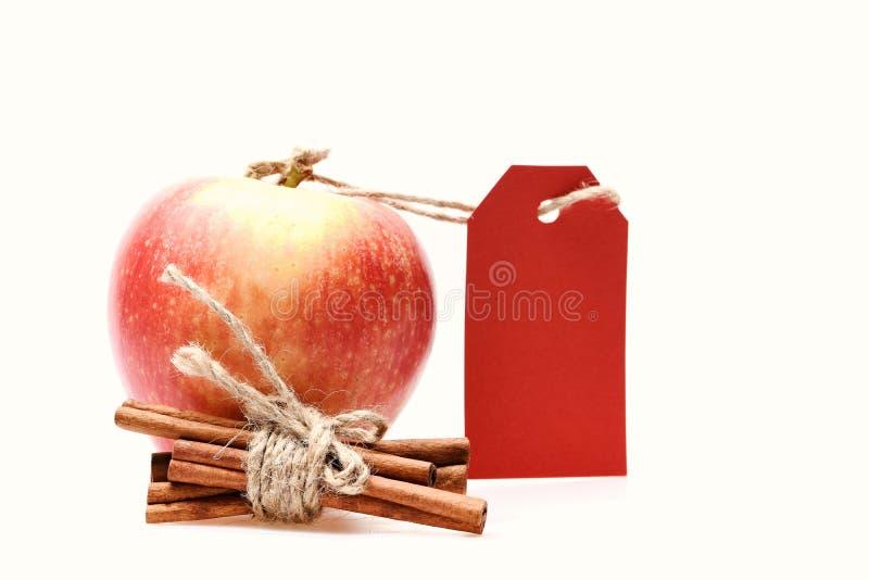 L'ensemble de fruit, bâtons de cannelle et vident le prix à payer rouge photo stock