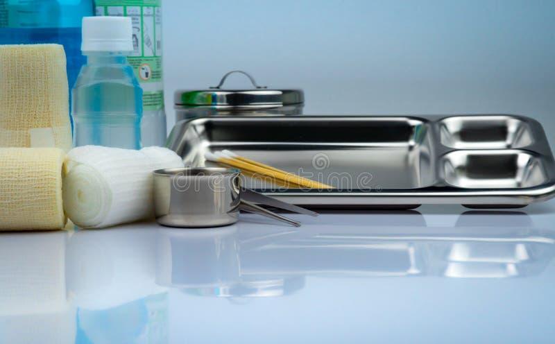 L'ensemble de habillage de soin de blessure et la plaque d'acier inoxydable, forceps, tasse d'iode, se conforment bandage, bandag images stock