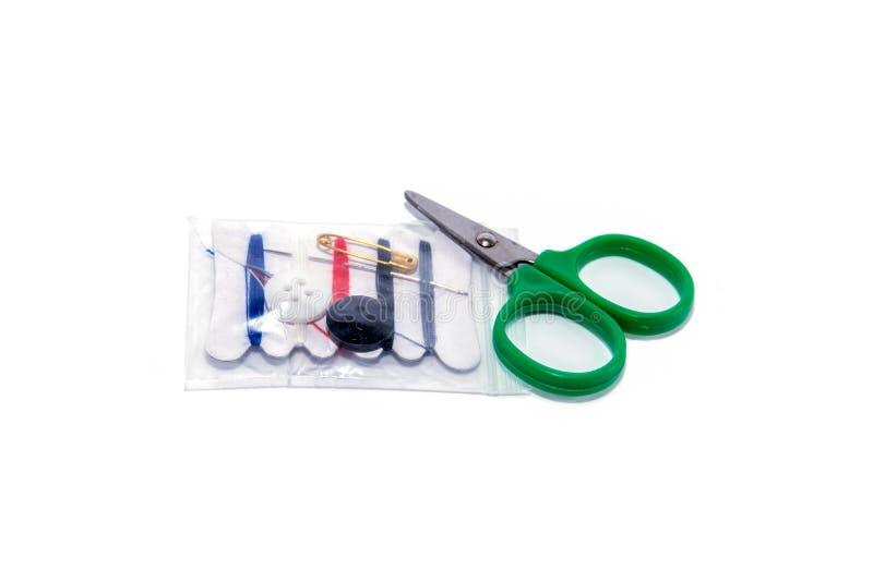 L'ensemble de kit de couture d'isolement sur le fond blanc, de couture trousse d'outils d'isolement images libres de droits