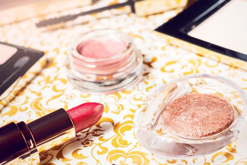 L'ensemble de maquillage de poudre, les fards à paupières naturels de maquillage, le mascara, le rouge à lèvres rouge et la lèvre image libre de droits
