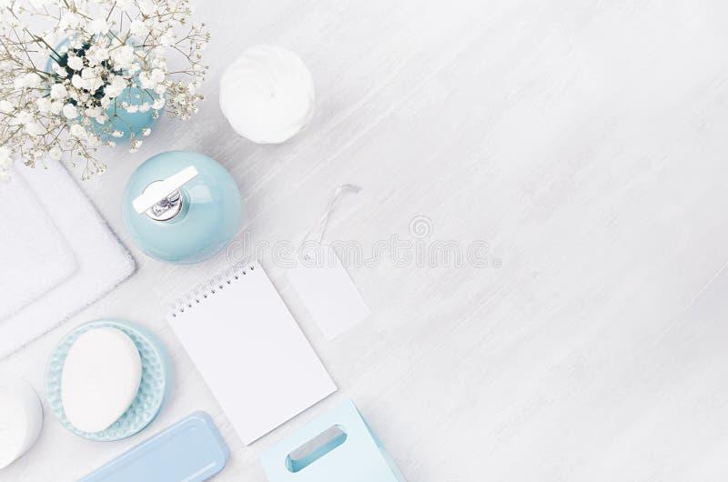 L'ensemble de produits blanc de cosmétiques, raillent pour le corps et les soins de la peau, cuvette en céramique bleue, les acce images stock