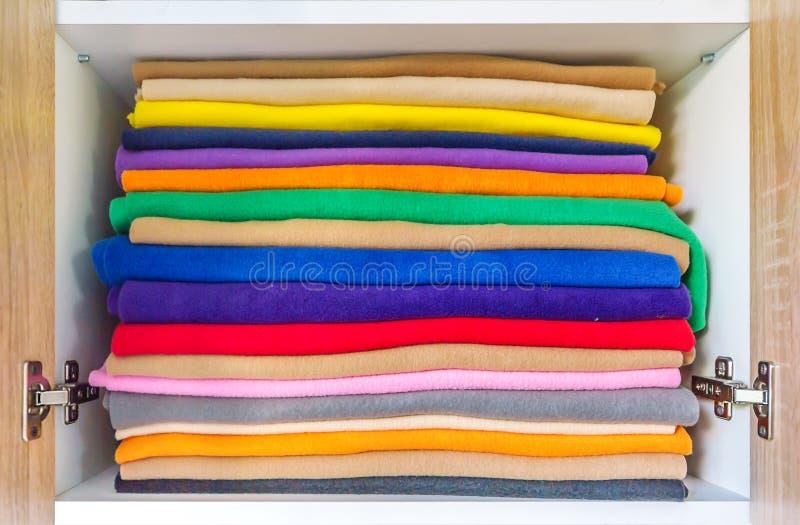 L'ensemble de serviettes colorées pour la salle de bains sont parfaitement placés Nouvelle pile de serviettes de couleur sur des  photos stock