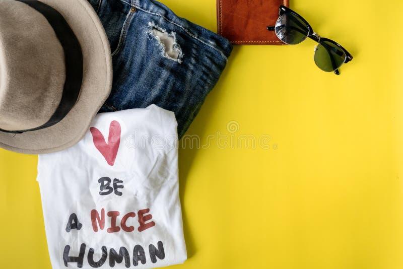 L'ensemble de style de vie de voyage avec soit une citation humaine gentille sur le T-shirt photos libres de droits