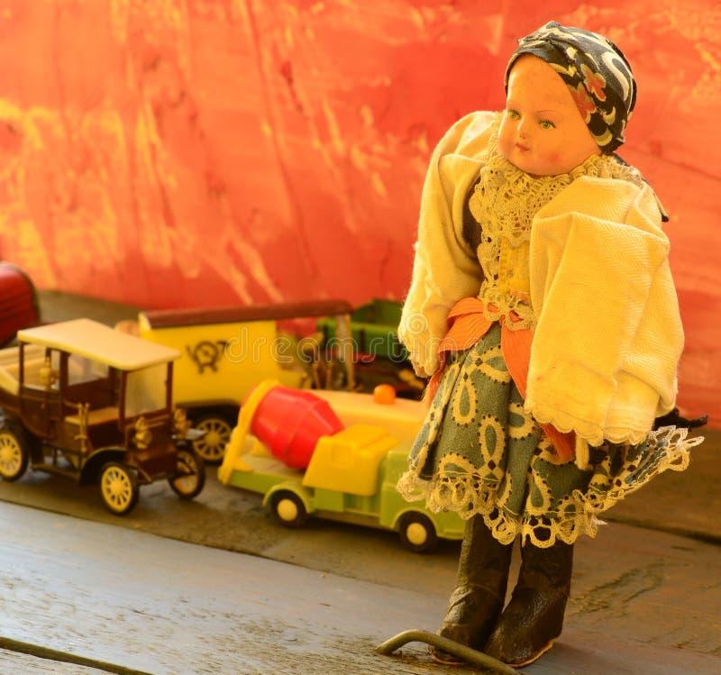 L'ensemble de vintage joue - la poupée, les camions (camions), la voiture de courrier, l'ambulance et le camion de mélangeur conc image libre de droits