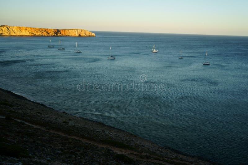 L'ensemble de 7 voiliers a amarré dans une marina naturelle dans Sagres, Portugal images stock