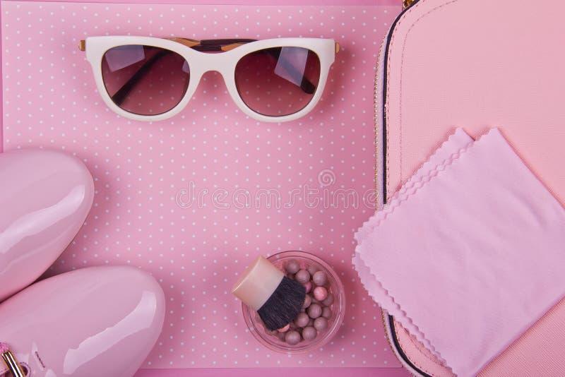 L'ensemble minimal des belles femmes d'accessoires de mode sur un fond de points de polka de rose image stock