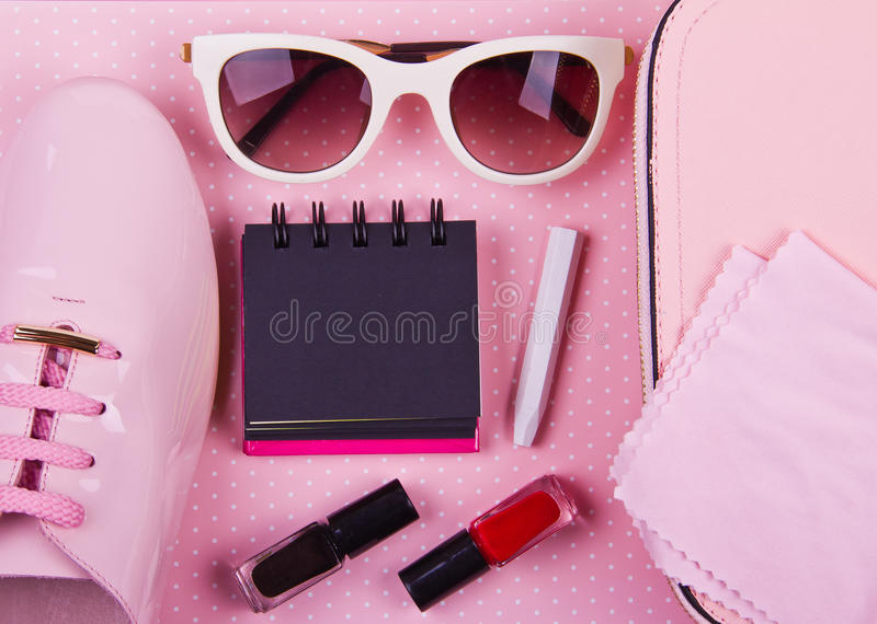 L'ensemble minimal des belles femmes d'accessoires de mode sur un fond de points de polka de rose photo libre de droits