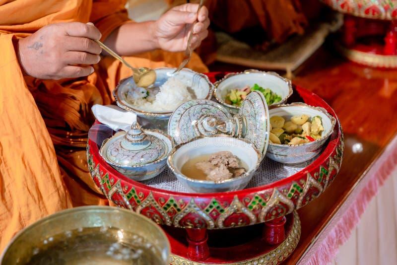 L'ensemble tha?landais d?licieux de nourriture a servi du plat en bambou d?jeuner et ou ensemble de d?ner de nourriture tha?landa images stock