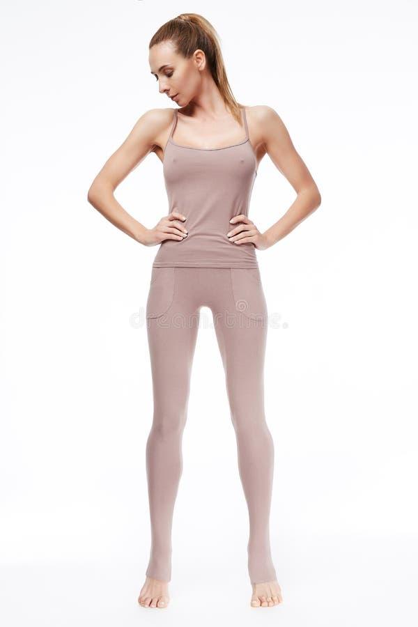 L'ente atletico perfetto della bella donna bionda sexy si è impegnato nell'yoga fotografia stock