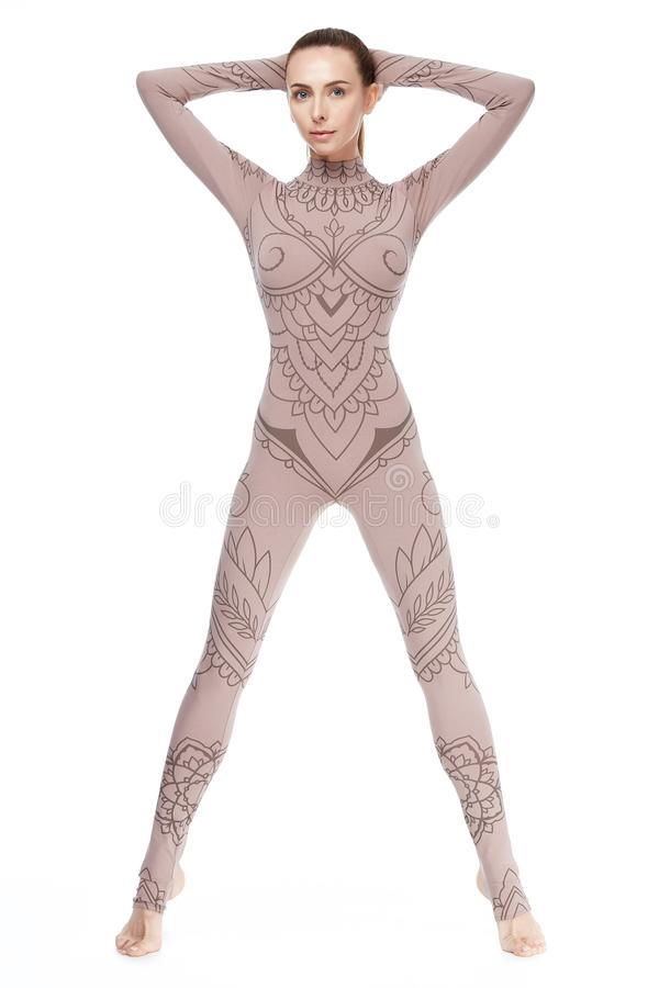 L'ente atletico perfetto della bella donna bionda sexy si è impegnato nell'yoga immagini stock