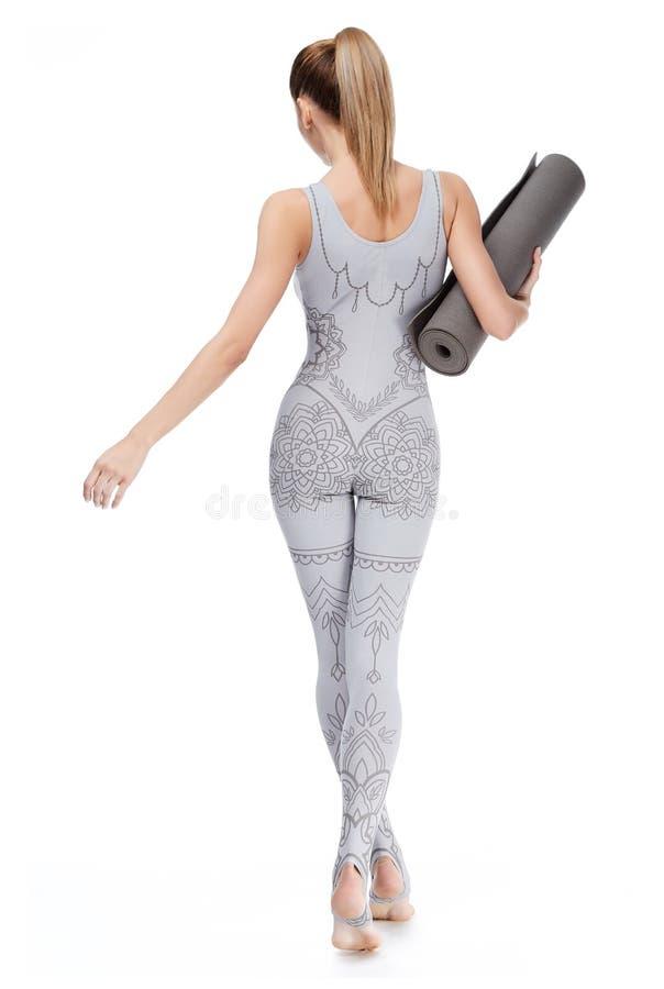 L'ente atletico perfetto della bella donna bionda sexy si è impegnato nell'yoga fotografie stock