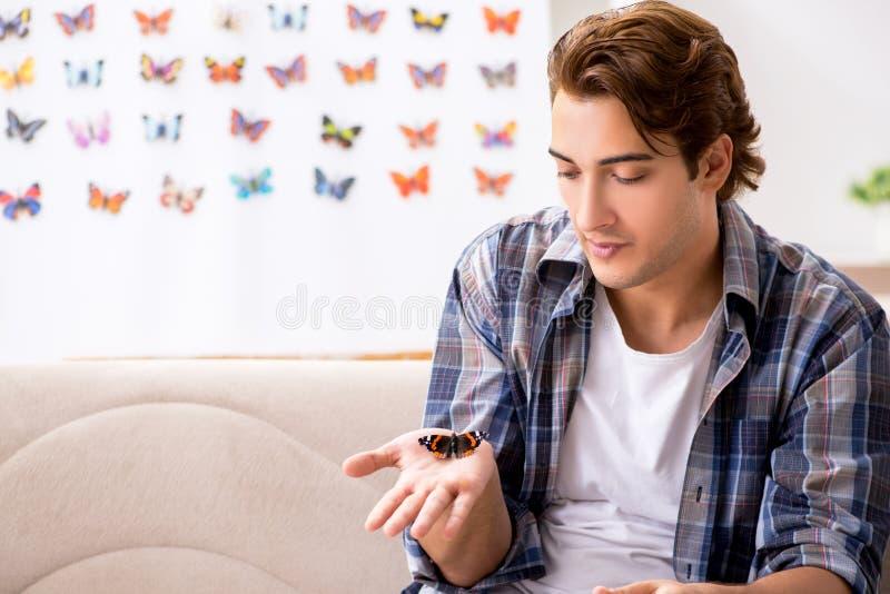 L'entomologo dello studente che studia le nuove specie di farfalle fotografia stock