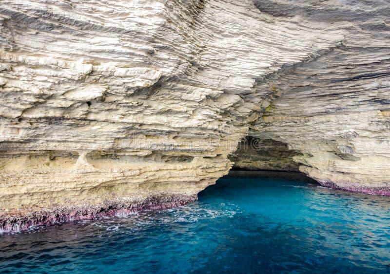 L'entrée à la caverne cachée dans la roche photo libre de droits