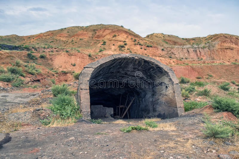 L'entrée à une mine abandonnée image stock