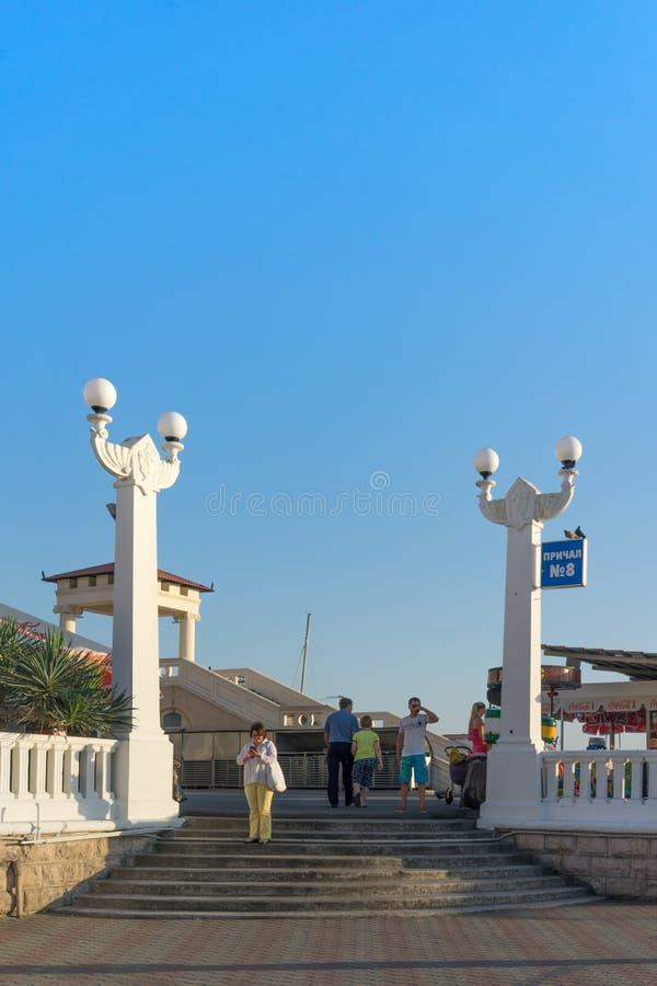 L'entrée au pilier de port maritime est décorée des colonnes blanches photos stock