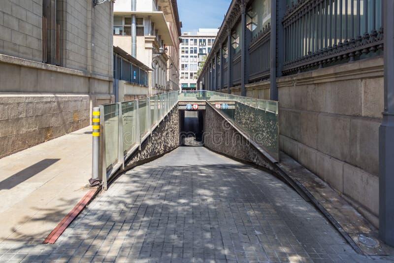 L'entrée au stationnement souterrain images stock