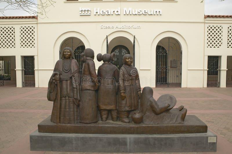 L'entrée avant du musée entendu montrant une sculpture des Natifs américains à Phoenix, Arizona photos stock