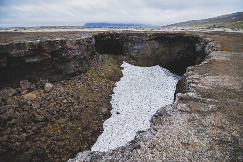 L'entrée de l'Islande à Surtshellir est une caverne de lave photo stock
