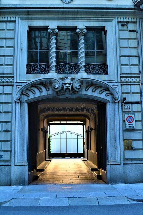 L'entrée du bâtiment de style de liberté à Turin, Italie Art, architecture et histoire images stock