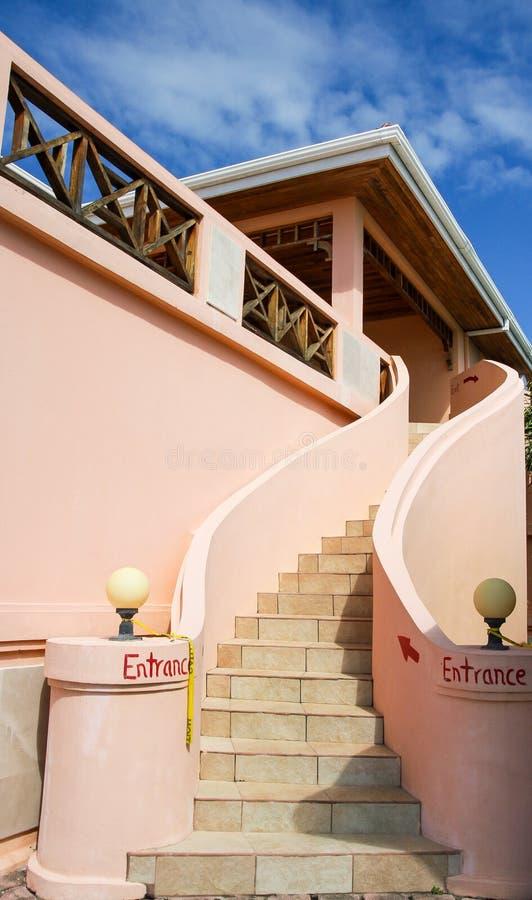 La tuile intensifie le bâtiment rose de stuc photographie stock libre de droits