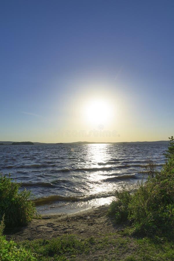 L'entrée vers le lac au coucher du soleil photographie stock