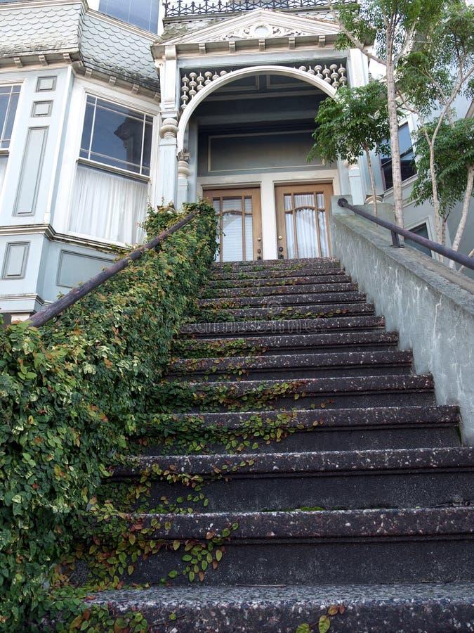 L'entrée victorienne de maison, lierre a couvert des escaliers image libre de droits
