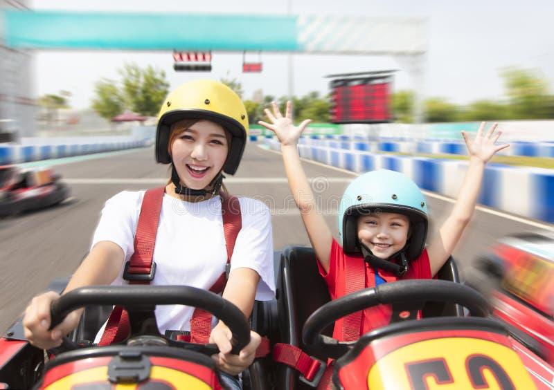 L'entraînement de mère et de fille vont kart sur la voie photos libres de droits