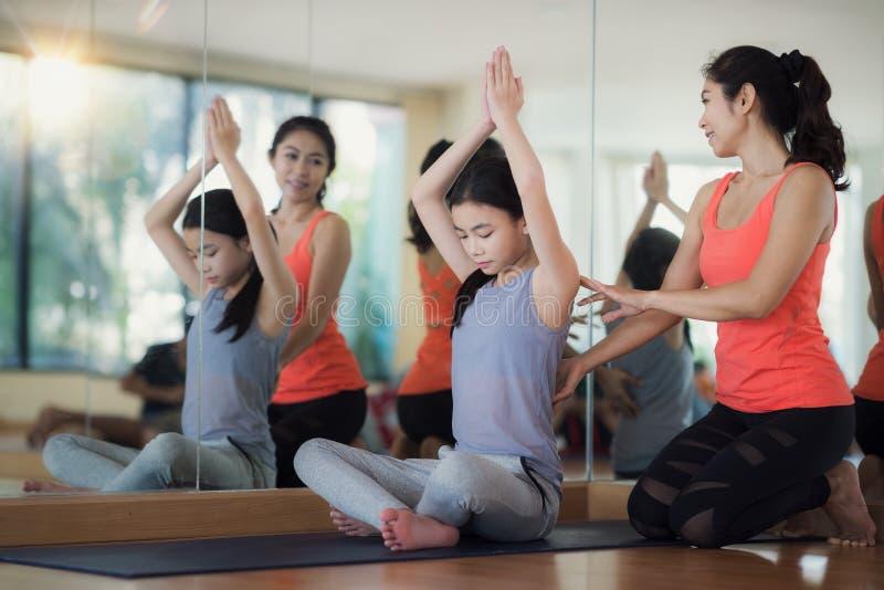 L'entraîneur asiatique de forme physique de femme enseignent son étudiant photo libre de droits