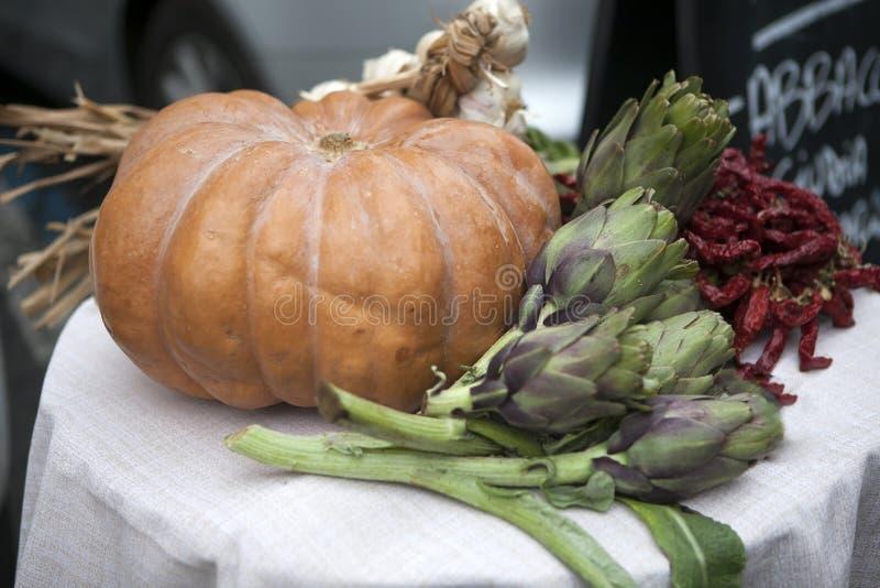 L'entrata al ristorante è decorata con una zucca con i carciofi, l'aglio ed i peperoni secchi immagini stock