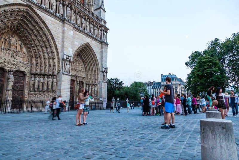 L'entrata anteriore della cattedrale di Notre Dame fotografia stock
