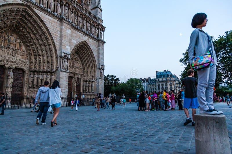 L'entrata anteriore della cattedrale di Notre Dame fotografia stock libera da diritti