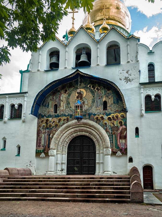 L'entrata centrale con un pannello del mosaico nella cattedrale di Fedorovsky fotografia stock