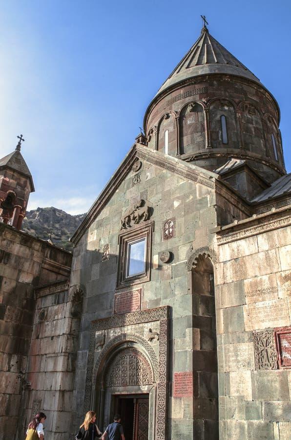 L'entrata centrale con una bella struttura incurvata nella chiesa principale di Katoghike nel monastero di Geghard dell'Armenia immagine stock libera da diritti