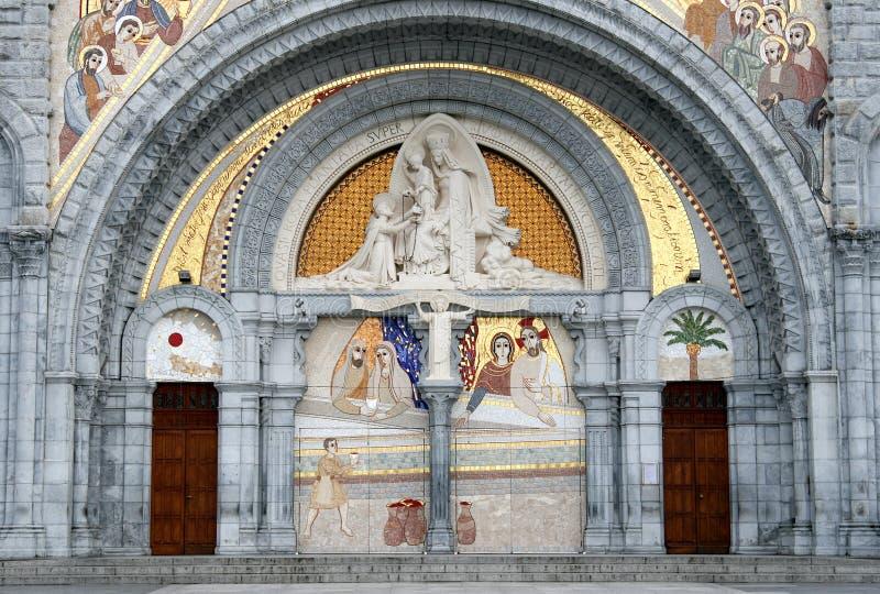 L'entrata decorata della basilica di Lourdes fotografia stock