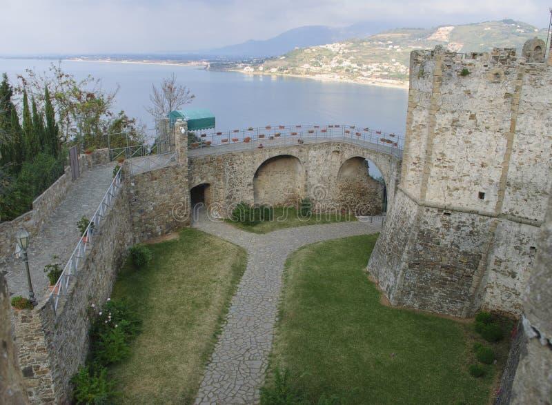 L'entrata del castello aragonese del villaggio di Agropoli, Italia fotografia stock