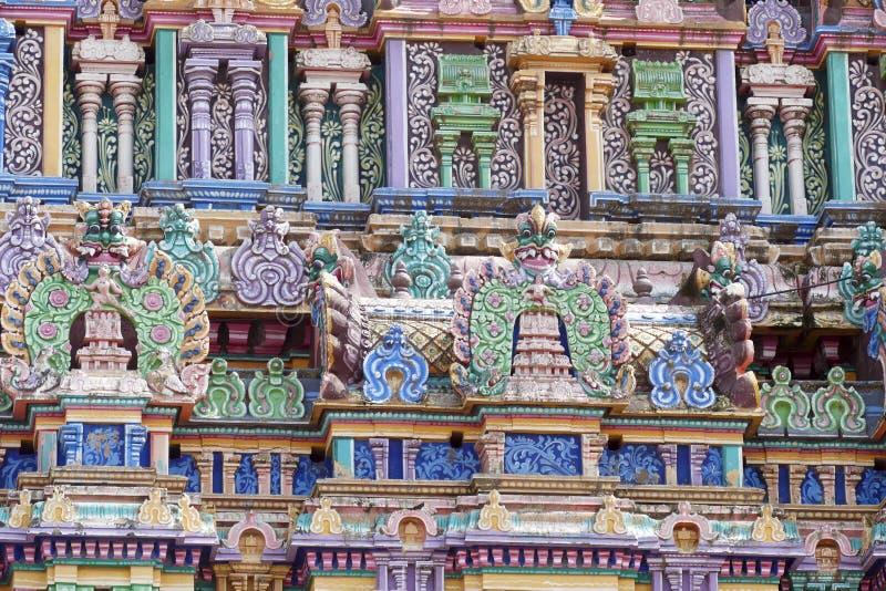 L'entrata del gopuram nel tempio di Shiva Nataraja, decorato in modo particolare fotografia stock libera da diritti