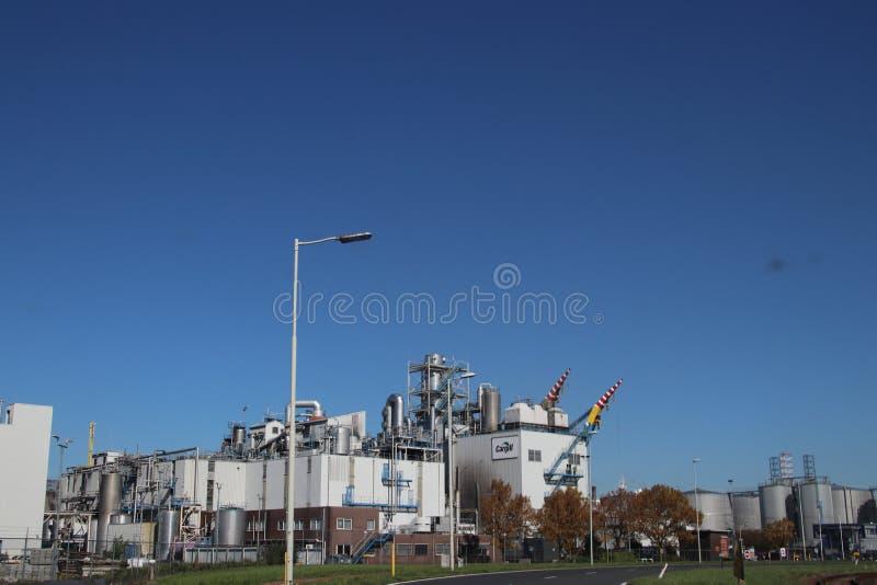 L'entrata della pianta di Cargill con i carri armati ed i tubi nelle industrie chimiche nel Botlek Harbor a Rotterdam nei Paesi B fotografia stock libera da diritti