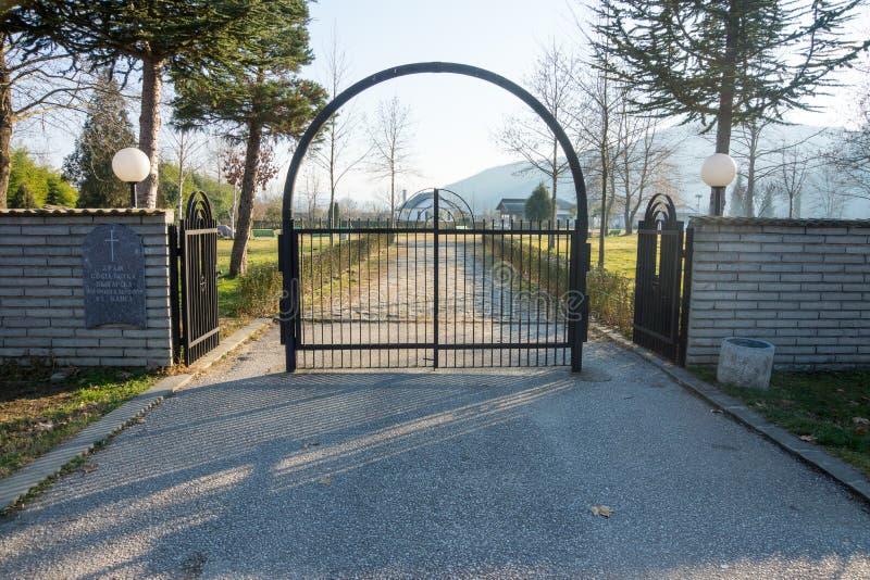 L'entrata principale al complesso in Bulgaria, dicembre di Rupite fotografia stock libera da diritti