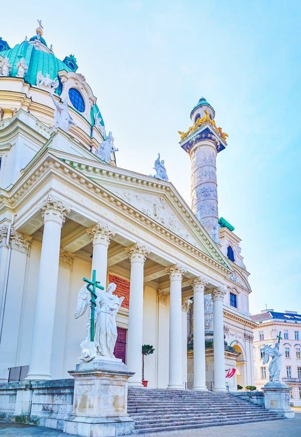 L'entrata principale alla chiesa di Karlskirche a Vienna, Austria immagine stock libera da diritti