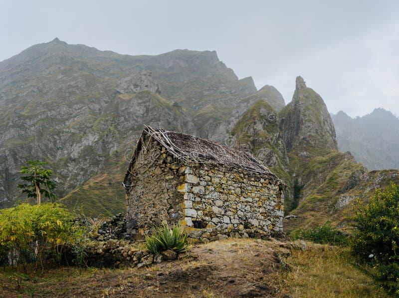 L'entrepôt local ruiné s'est niché dans le paysage incroyable avec les roches raides de montagne et les crêtes verticales Trekkin images stock