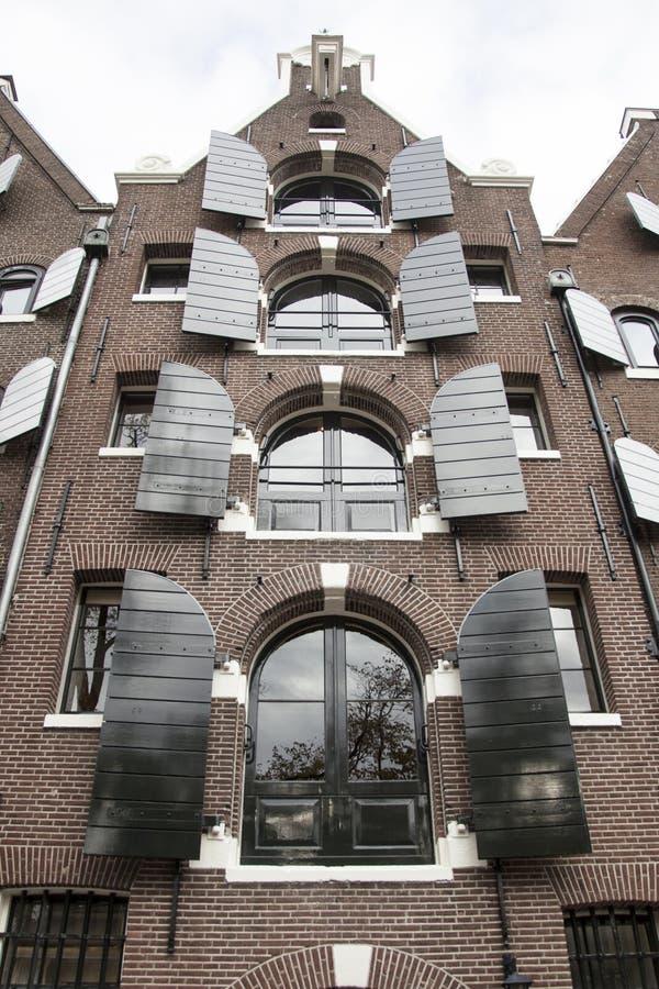 L'entrepôt s'est transformé en appartements le long d'un canal à Amsterdam images stock
