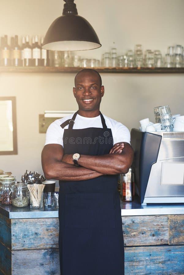 L'entrepreneur bel se tient prêt le compteur de café photo stock