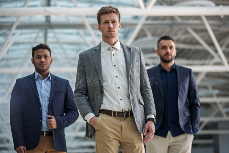 L'entrepreneur de trois professionnels sont assuré photo stock