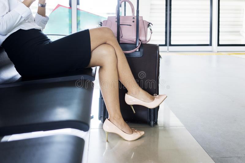 L'entrepreneur féminin s'assied dans le salon d'aéroport image libre de droits