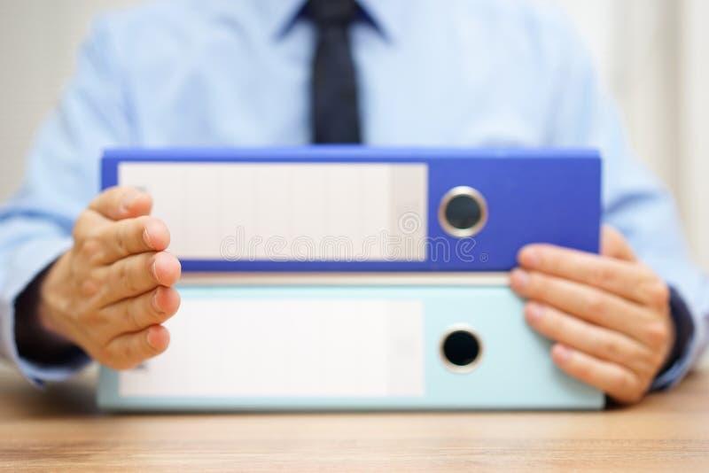 L'entrepreneur veut faire une affaire avec un comptable et donner salut images stock